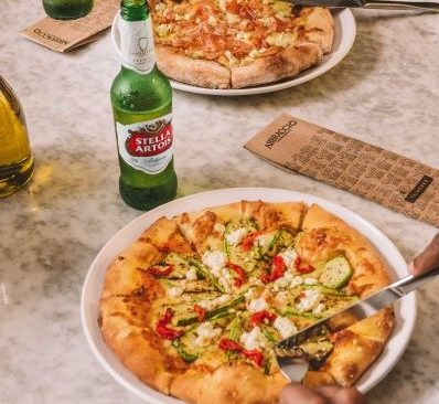 Pizza de Cerveja: Abbraccio e Stella Artois se unem e lançam receita exclusiva
