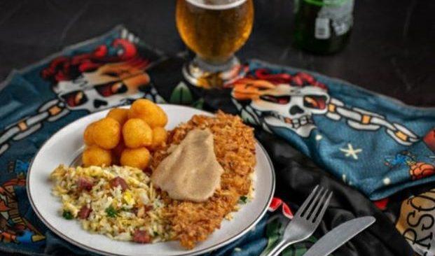 """Em homenagem ao Dia Mundial do ROCK, restaurante COMIDA DE MÃE cria o """"Frango Red Hot""""."""